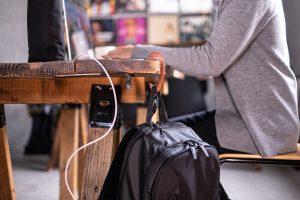 カフェの小さなテーブルにもかけられる収納式フック